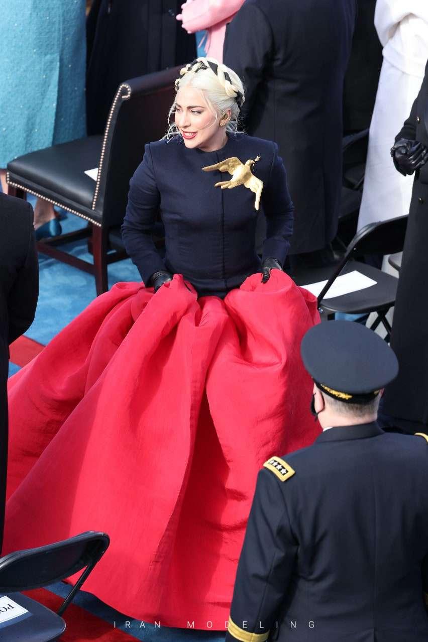 لیدی گاگا: با لباسی طراحی شده از اسکیاپارلی در معرفی جو بایدن حضور پیدا کرد